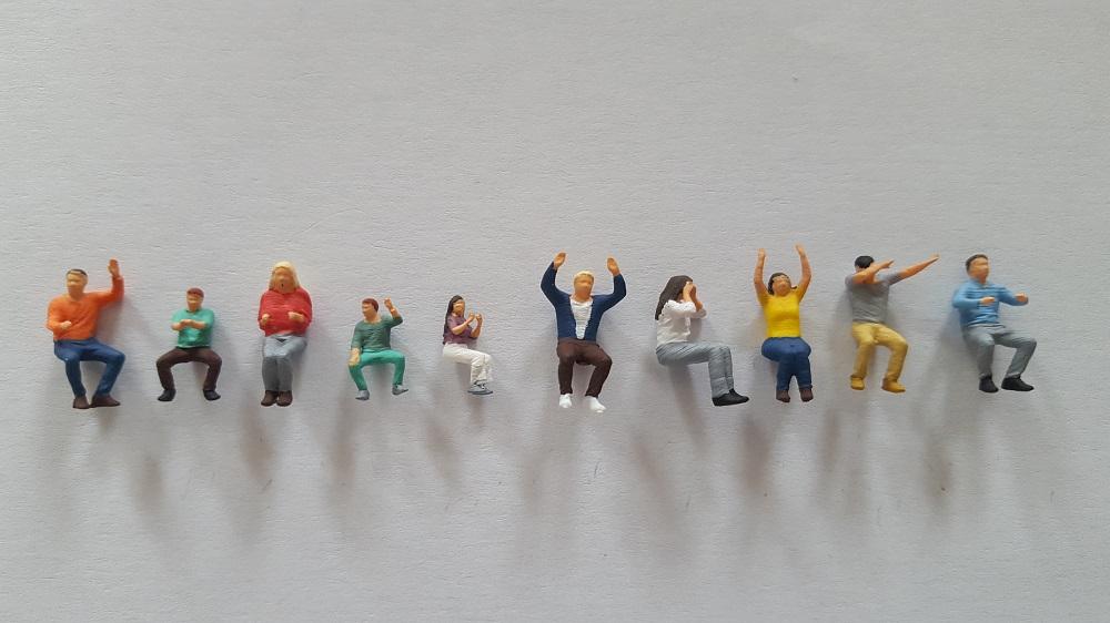 10 figurines assis2 peint