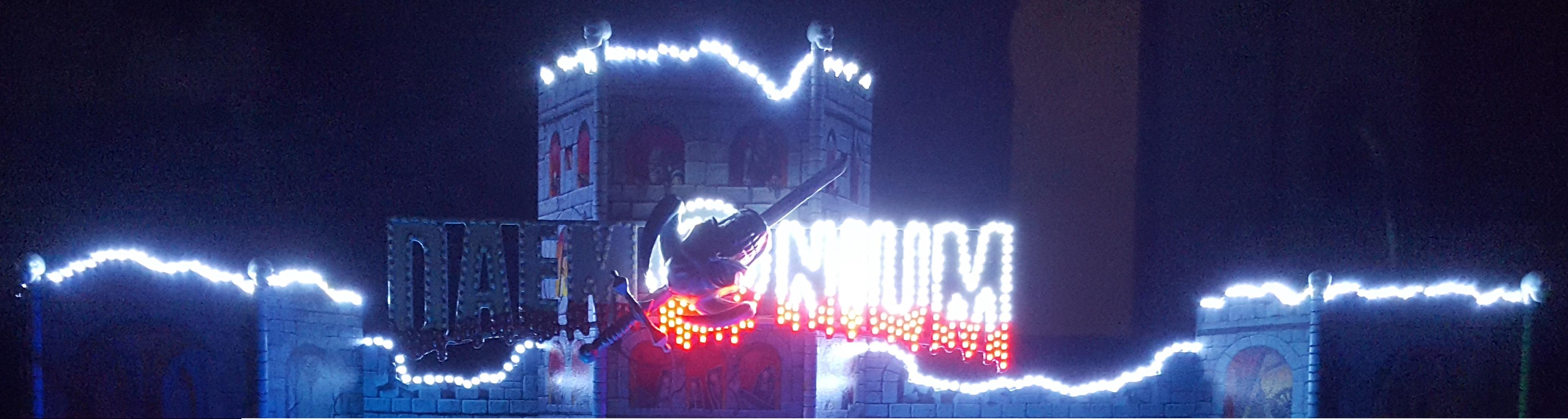 Daemonium facade illuminée